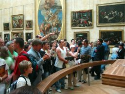 Mona_Lisa_visitors-Louvre-20050821